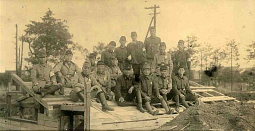 防空壕造り1944-45.jpg