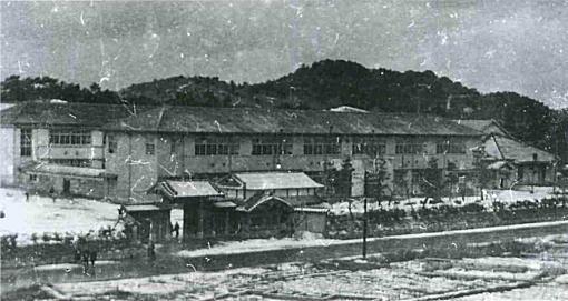 香椎中学黒門1947.jpg