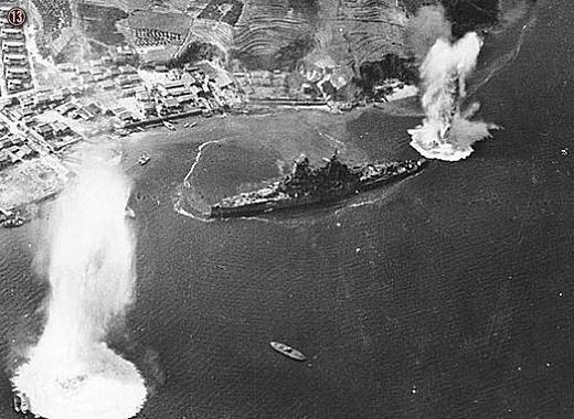 13空襲下の戦艦榛名.jpg