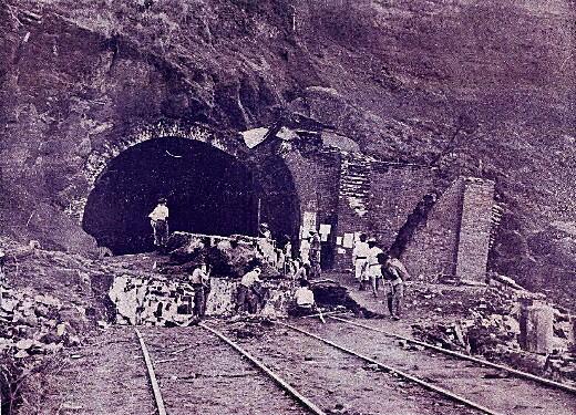 トンネル崩壊.jpg