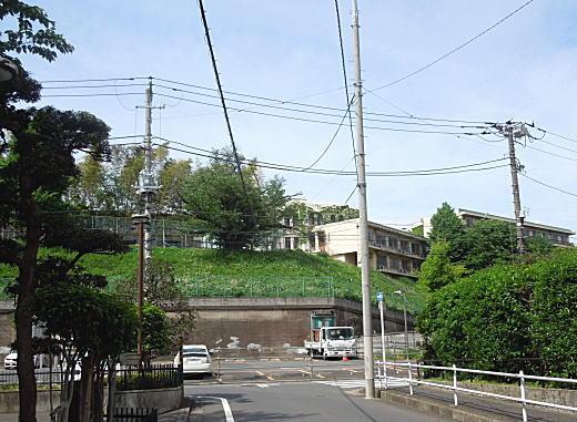 学習院昭和寮崖地.JPG