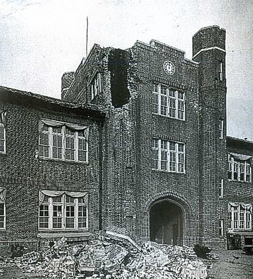 立教大学本館中央塔崩落192309.jpg